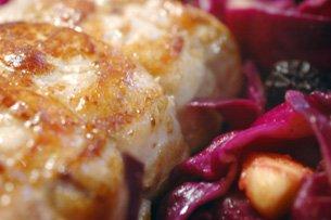 Rôti de Porc au Chou Rouge Epicé, Pommes et Pruneaux