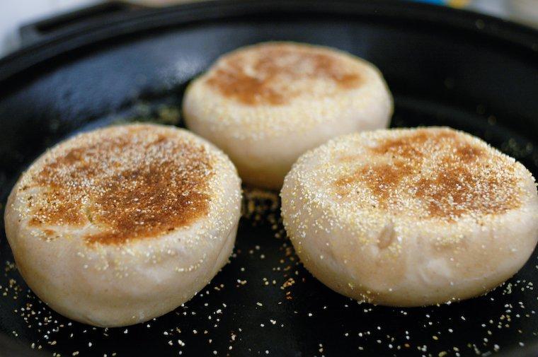 Les muffins dans la poêle, après avoir été retournés