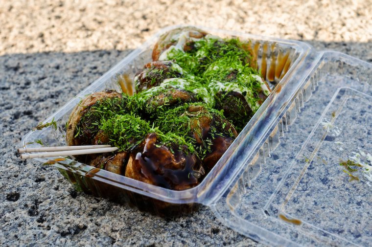 Takoyaki achetés auprès d'un stand à l'extérieur de l'enceinte du château d'Osaka