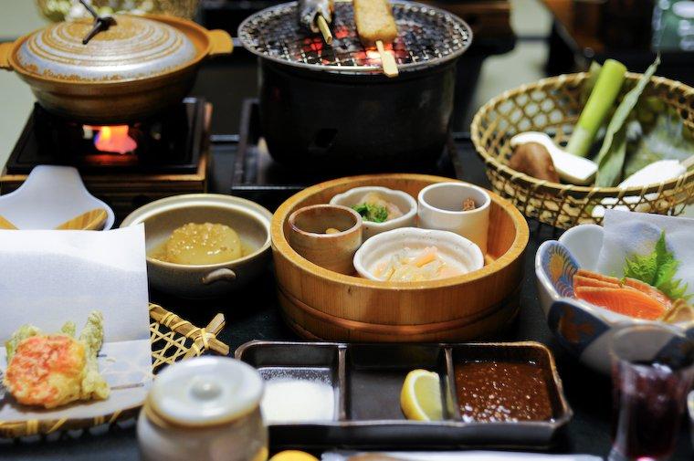 (Une partie du) dîner servi au ryokan à Takaragawa Onsen