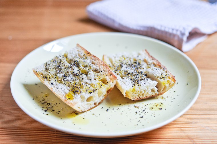 Tartine d'huile d'olive au poivre noir