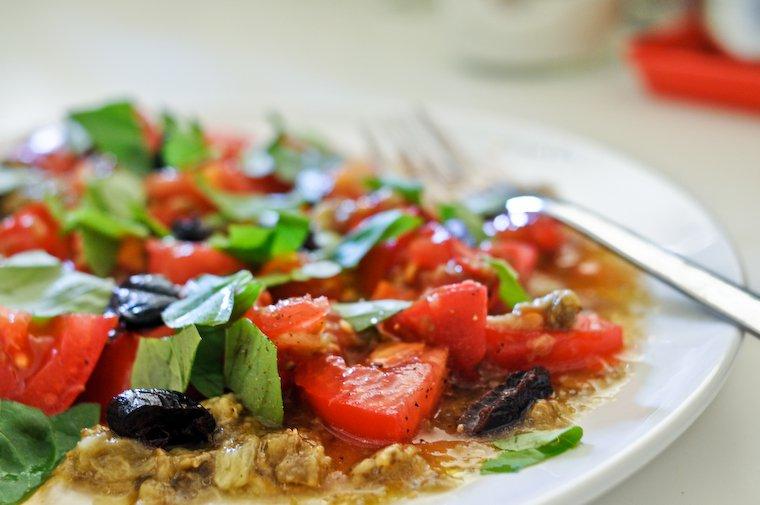Salade de tomates à l'aubergine rôtie.