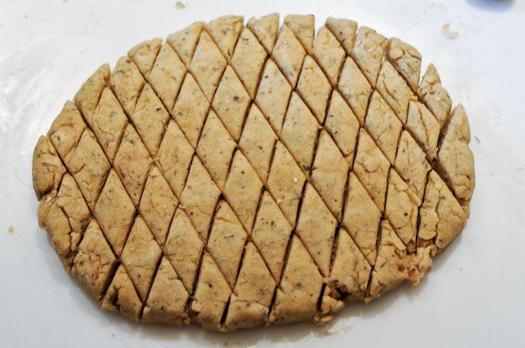 Avec un coupe-pâte ou un couteau bien aiguisé, on découpe la pâte en carrés ou en losanges.