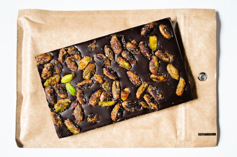 Tablette mendiant aux pistaches sablées (Le Chocolat Alain Ducasse).
