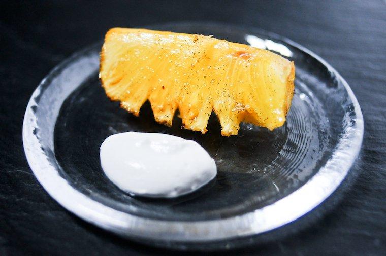 Ananas rôti à la vanille et crème fouettée coco