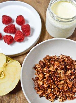 Une recette facile de granola paléo, particulièrement savoureux et satisfaisant pour démarrer sa journée sans céréales.