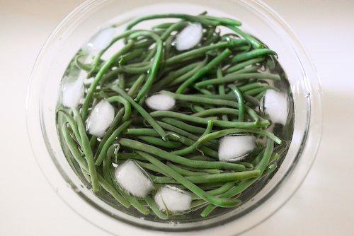 Haricots verts dans leur bain glacé
