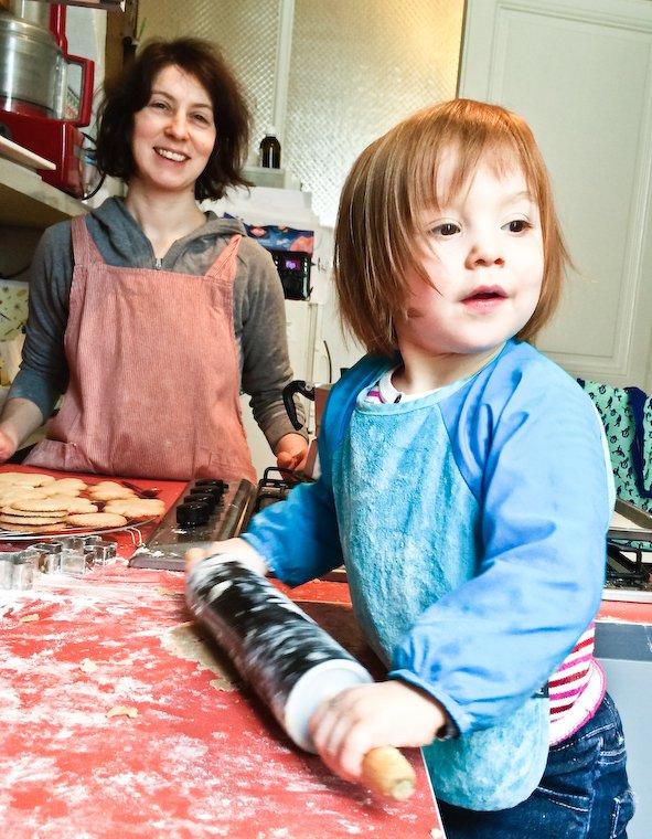 Olivia étale la pâte pour les sablés.
