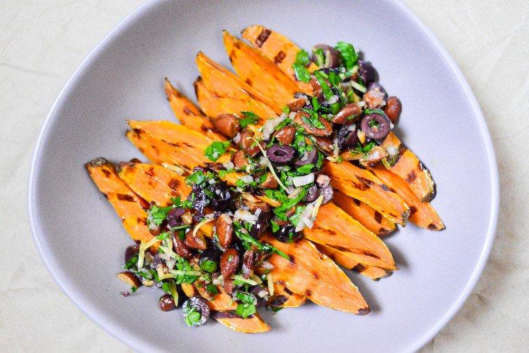 Patates douces grillées, olives noires et amandes Recette
