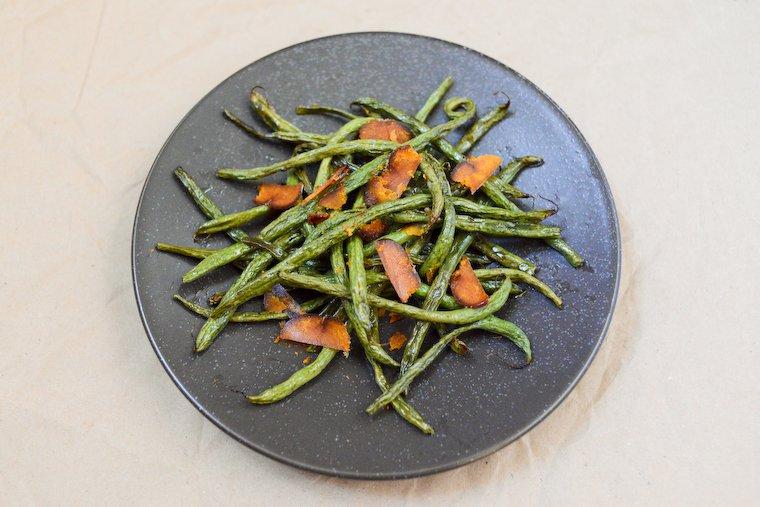 Haricots verts rôtis, copeaux de poutargue