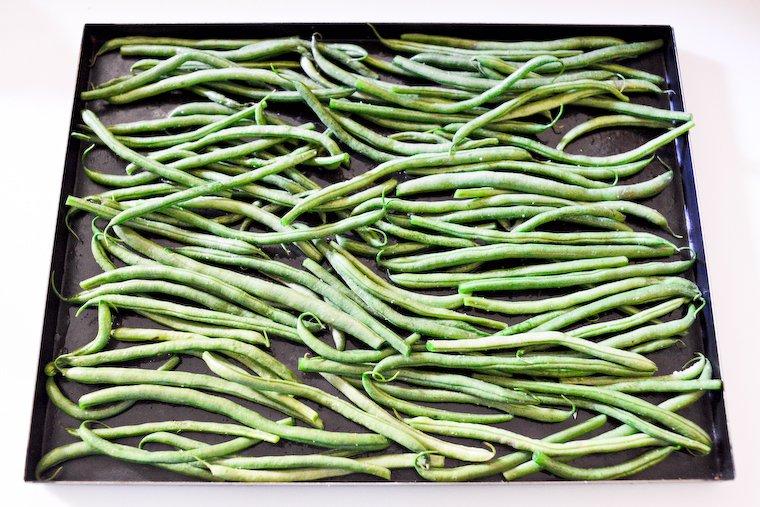 Haricots verts sur la plaque de four