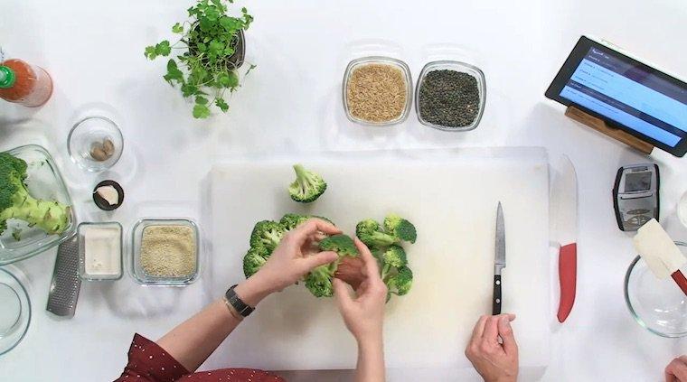 Découpe des brocolis pour le Parmentier de brocoli de Veggivore.