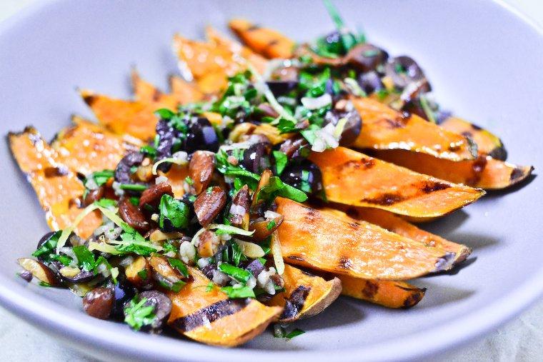 Patates douces grillées aux olives noires et aux amandes