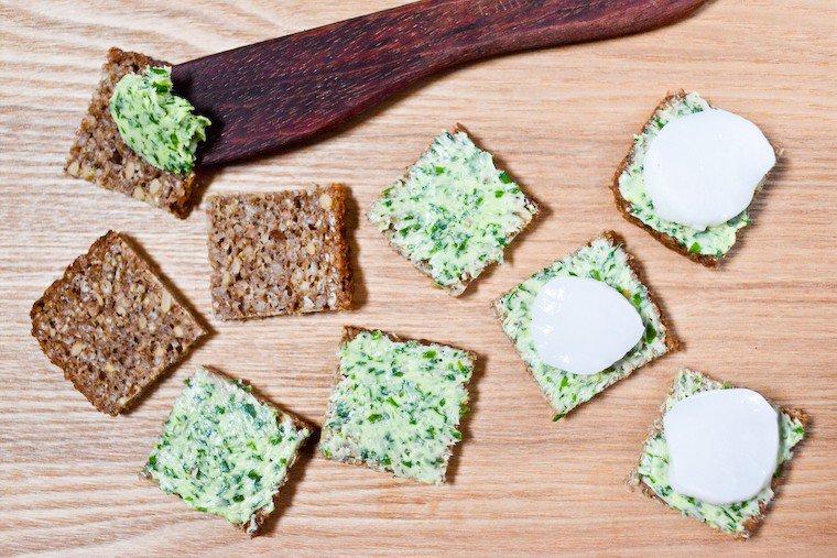 Canapés au beurre d'herbes, pain noir et Saint-Jacques Recette