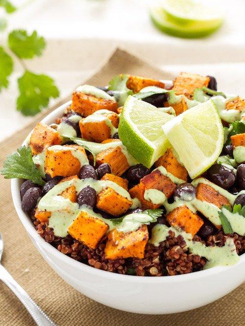Bols de quinoa, patate douce et haricots noirs, recette et photo de Danae Halliday.