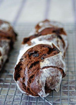 Un pain au levain au chocolat merveilleusement gourmand ! Fait avec du levain naturel. Une recette précise qui convient aux débutants.