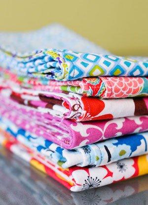 Serviettes de table faites maison : un tutoriel facile avec photos pas à pas. Le projet parfait pour les débutants en couture !