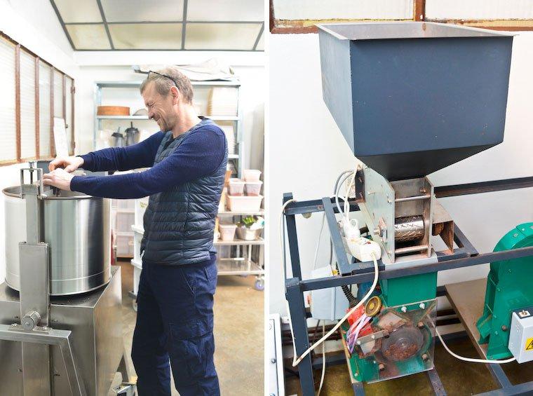 Frédéric Marr, le fondateur de Rrraw (à gauche) ; la machine à concasser (à droite).