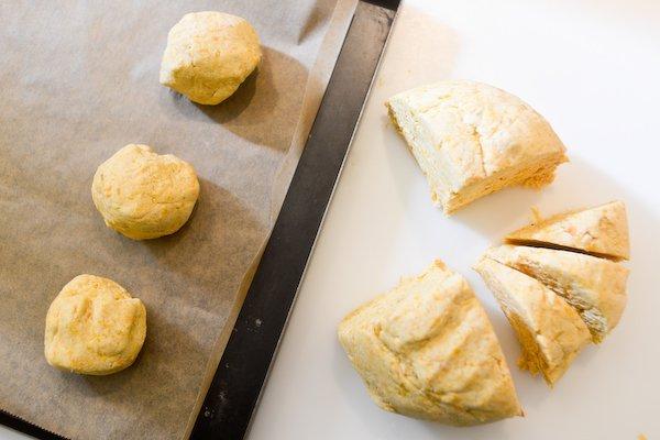 Découper la pâte pour les flatbreads