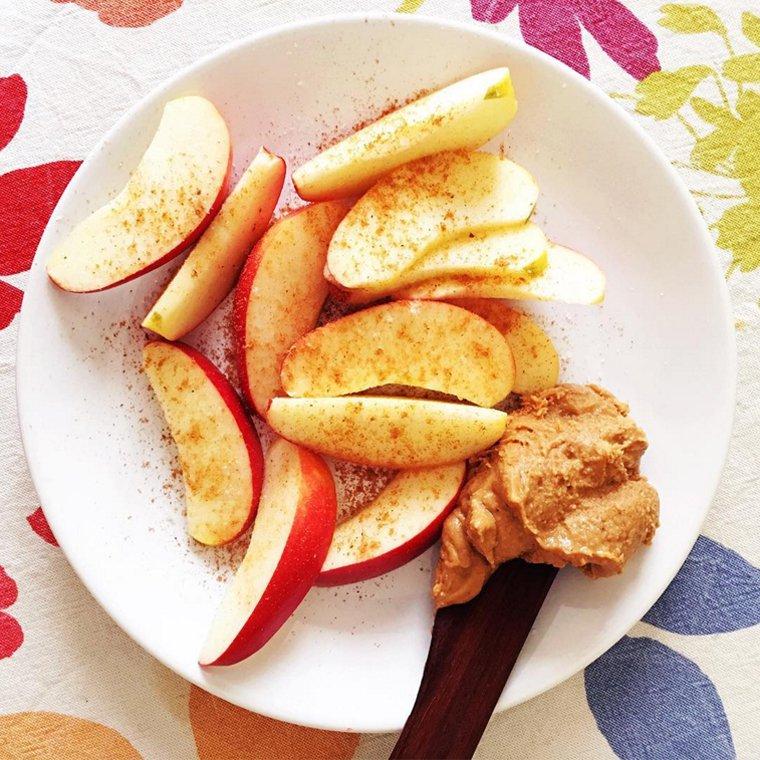 Pommes, beurre de noix, cannelle