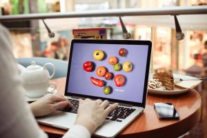 Fond d'écran tomates sur un ordinateur portable