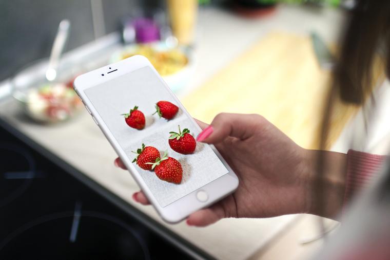 Fond d'écran fraises sur un téléphone portable