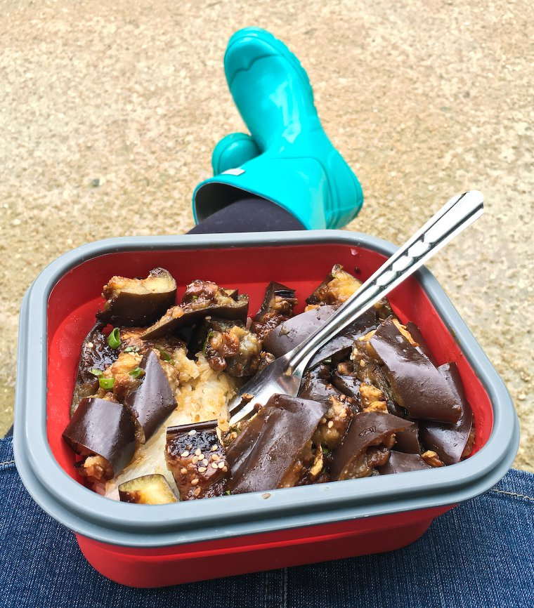 Moi, mes super bottes de pluie et ma boîte repas pliante, au parc, tranquilles.
