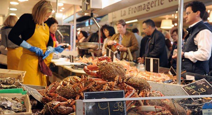 Marché de Talensac avec des fruits de mer araignée poisson commerce