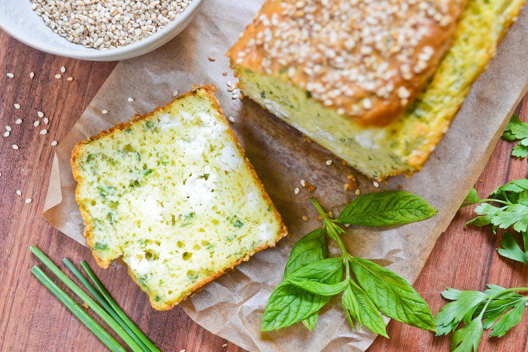 Cake à la feta et aux herbes fraîches