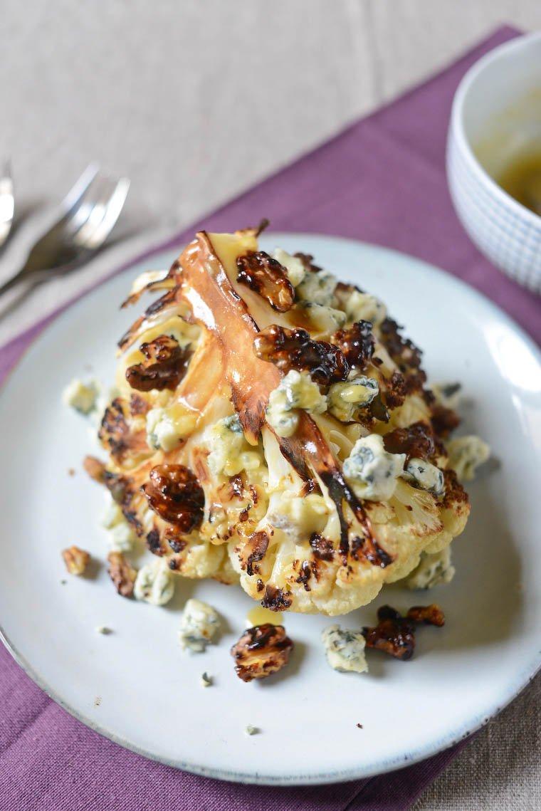 Chou-fleur rôti, fromage bleu et noix caramélisées