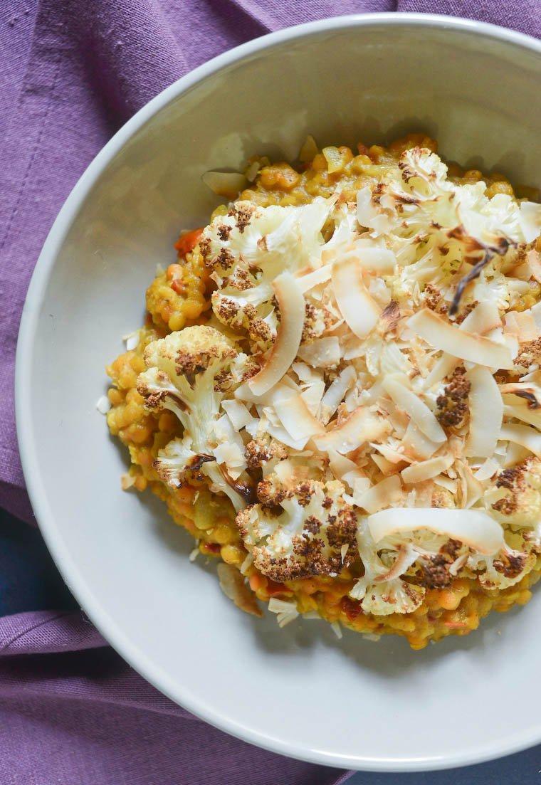 Curry de lentilles roses, chou-fleur et chips de coco