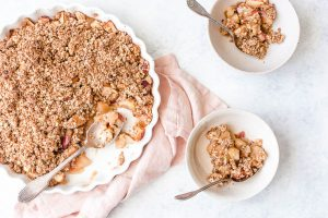 Vegan apple crumble served in two bowls